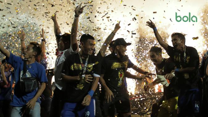 Pemain Arema merayakan gelar juara Piala Presiden 2019 di Stadion Kanjuruhan, Kabupaten Malang, Jumat (12/4/2019). (Bola.com/Yoppy Renato)