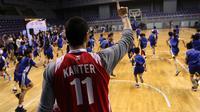 Bintang NBA dari Oklahoma City Thunder, Enes Kanter saat beraksi di Britama Arena, Jakarta, Kamis (18/5/2017). Meet and greet bersama Enest Kanter tersebut sekaligus coaching clinic dari rangkaian tournya ke Indonesia. (Bola.com/Nicklas Hanoatubun)