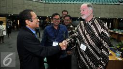 Menko Maritim dan Sumber Daya Rizal Ramli berjabat tangan dengan Salah satu perwakilan satu orang delegasi Perusahaan dari Freeport , Mcmoran dalam pertemuannya di Auditorium, BPPT, Jakarta, Kamis, (12/11). (Liputan6.com/Johan Tallo)