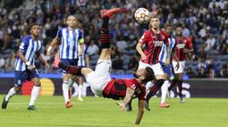 Rosoneri juga sempat menebar ancaman dari Olivier Giroud. Namun, usahanya belum menemui hasil sehingga babak pertama berakhir dengan skor kacamata. (AP/Luis Vieira)