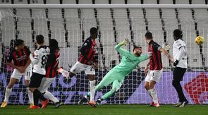 Kiper AC Milan, Gianluigi Donnarumma (tengah) kebobolan gol kedua saat menghadapi Spezia dalam laga lanjutan Liga Italia 2020/21 pekan ke-22 di the Alberto-Picco Stadium, La Spezia, Sabtu (13/2/2021). AC Milan kalah 0-2 dari Spezia. (AFP/Marco Bertorello)