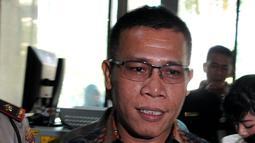Masinton Pasaribu memperlihatkan dokumen saat tiba di KPK, Jakarta Selasa (22/9/2015). Masinton melaporkan dugaan kasus pemberian gratifikasi yang dilakukan Dirut Pelindo II RJ Lino kepada Menteri BUMN Rini Soemarno. (Liputan6.com/Andrian M Tunay)