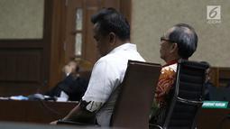 Terdakwa kasus korupsi E-KTP Made Oka Masagung (kanan) dan Irvanto Hendra Pambudi menjalani sidang pembacaan putusan di Pengadilan Tipikor, Jakarta, Rabu (5/12). Irvanto dan Made Oka divonis dengan hukuman 10 tahun penjara. (Liputan6.com/Herman Zakharia)