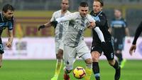 Striker Inter Milan Mauro Icardi beraksi saat menghadapi Lazio pada perempat final Coppa Italia, di Giuseppe Meazza, Milan, Kamis (31/1/2019). (AFP/Miguel Medina)