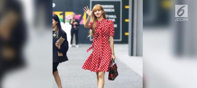 Lisa BLACKPINK menghadiri acara yang digelar Michael Kors untuk New York Fashion Week baru-baru ini. Penampilannya pun begitu memukau.