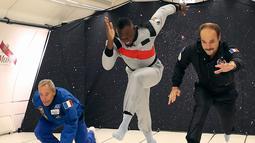 Sprinter Jamaika, Usain Bolt (tengah) mencoba berlari saat mencoba ruangan gravitasi nol dalam pesawat Airbus Zero-G di Reims, Prancis, Rabu (12/9). Bolt terlihat terus tersenyum saat melakukan aksi tersebut. (Laurent Theillet, Mumm/Novespace via AP)