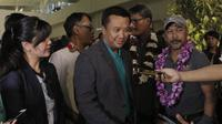 Menpora, Imam Nahrawi, saat menyambut Timnas Indonesia U-16 di Bandara Soekarno Hatta, Tangerang, Kamis (15/3/2018). Timnas Indonesia berhasil menjuarai turnamen Jenesys di Jepang. (Bola.com/M Iqbal Ichsan)