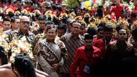 Ketua Umum Partai Gerindra Prabowo Subianto (dua kiri) saat menghadiri Kongres V PDIP di Bali, Kamis (8/8/2019). Prabowo ditemani Waketum Gerindra Edhy Prabowo dan Sugiono saat menghadiri Kongres PDIP. (Liputan6.com/JohanTallo)