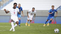 Penyerang Inggris, Raheem Sterling, mencetak gol lewat tendangan penalti ke gawang Islandia pada laga UEFA Nations League di Stadion Laugardalsvollur, Minggu (6/9/2020). Inggris menang tipis dengan skor 1-0. (AP/Brynjar Gunnarson)