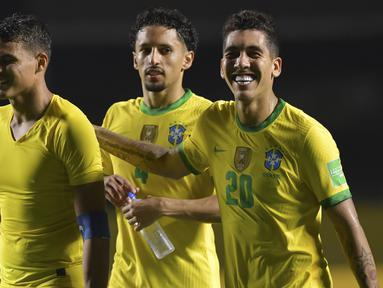 Pemain Brasil, Roberto Firmino, Thiago Silva dan Marquinhos, merayakan kemenangan atas Venezuela pada laga lanjutan kualifikasi Piala Dunia 2022 zona CONMEBOL di Stadion Morumbi, Sabtu (14/11/2020) pagi WIB. Brasil menang 1-0 atas Venezuela. (AFP/Nelson Almeida/pool)