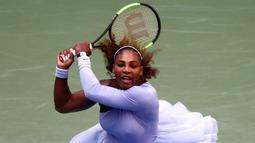 Serena Williams mengembalikan tembakan Kaia Kanepi selama putaran keempat turnamen tenis AS Terbuka di New York, AS, Minggu (2/9). Kostum khusus Serena ini diberi nama Queen Collection. (JULIAN FINNEY/GETTY IMAGES NORTH AMERICA/AFP)