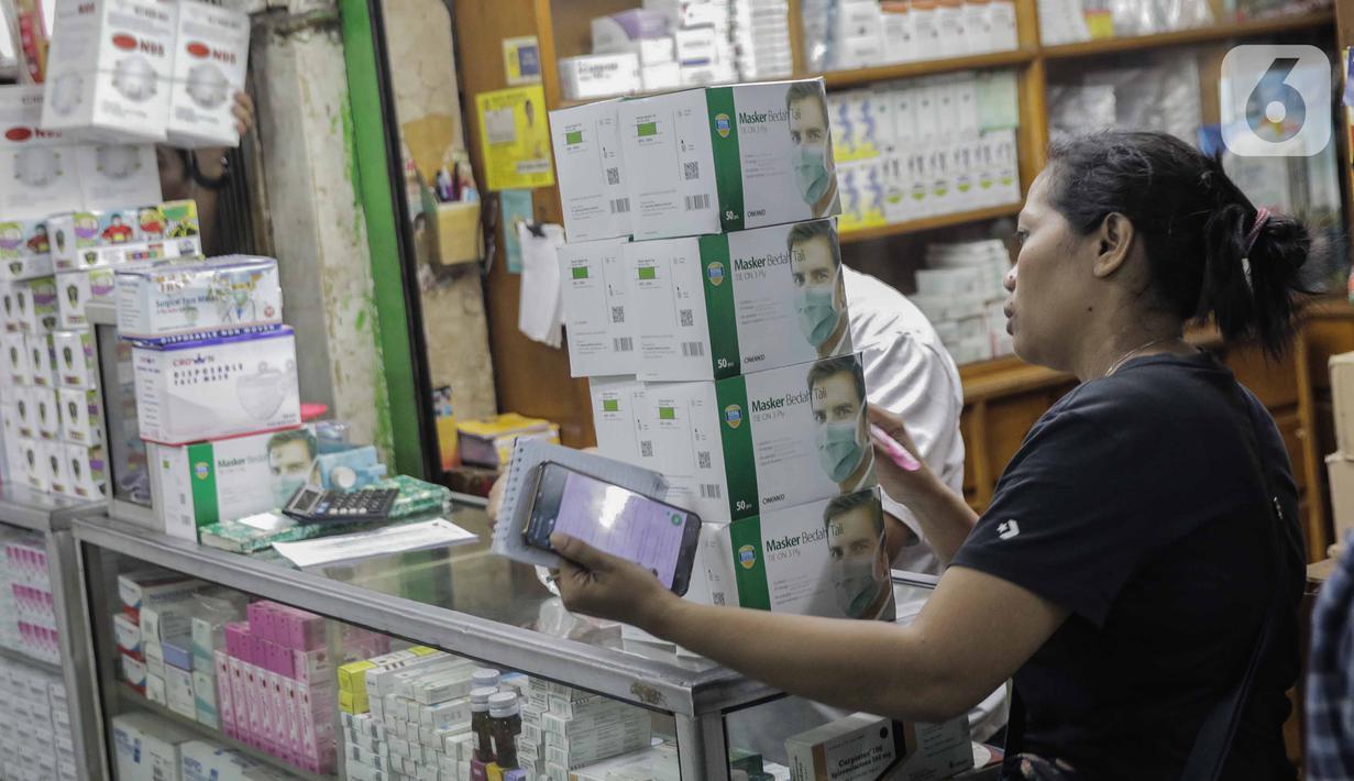 Warga saat membeli masker di Pasar Pramuka, Jakarta, Senin (2/3/2020). Pemerintah resmi mengumumkan dua pasein ibu (64) dan anak (31) terinfeksi wabah virus corona COVID-19 setelah berinteraksi dengan Warga Negara Jepang yang berkunjung ke Indonesia. (Liputan6.com/Faizal Fanani)