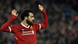 Pemain Liverpool, Mohamed Salah usai mencetak gol ke gawang AS Roma pada leg pertama semifinal Liga Champions di Stadion Anfield, Liverpool, Inggris, Selasa (24/4). Salah mencetak dua gol dalam pertandingan tersebut. (AP Photo/Rui Vieira)