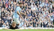 Striker Manchester City Sergio Aguero merayakan gol ke gawang Burnley di Etihad Stadium, Sabtu (20/10/2018). (AP Photo/Rui Vieira)