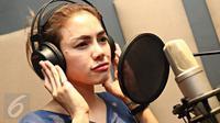 Nikita Mirzani saat melakukan rekaman lagu terbarunya di Kawasan Cipete, Jakarta, Rabu (13/1/2016). Nikita Mirzani kembali terjun di dunia entertainment melalui tarik suara dengan membawakan lagu bergenre Dangdut Remix. (Liputan6.com/Immanuel Antonius)