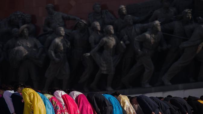 Ribuan orang memberi penghormatan patung Kim Il-sung dan Kim Jong-il (AFP)