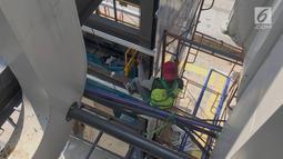 Pekerja menyelesaikan pembangunan lift pada jembatan penyeberangan orang di kawasan Senayan, Jakarta, Senin (13/5). Pembangunan lift pada tiga JPO yang berada di Jalan Sudirman itu bertujuan meningkatkan kenyamanan kepada warga dan ditargetkan rampung akhir bulan ini.(Liputan6.com/Immanuel Antonius)