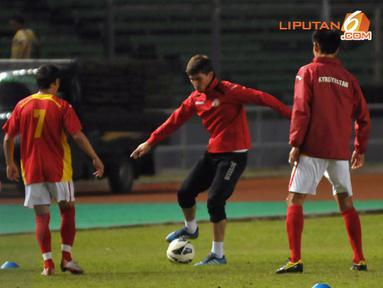 Kapten Timnas Kyrgyzstan Mirlan Murzaev (celana hitam) terlihat ikut berlatih bersama di Stadion GBK Jakarta (Liputan6.com/ Helmi Fithriansyah)