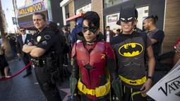 Sejumlah pengunjung memakai kostum Batman dan Robin saat menghadiri upacara penghargaan kepada Bob Kane di Walk of Fame, Los Angeles, California, Rabu (21/10/2015). Nama Bob Kane nantinya akan terpampang di Walk Of fame. (REUTERS/Mario Anzuoni)