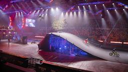 Sejumlah olahragawan yang mengendarai sepeda motor tampil dalam festival olahraga ekstrem Proryv (Breakthrough) di Moskow, Rusia, pada 5 Desember 2020. (Xinhua/Alexander Zemlianichenko Jr)