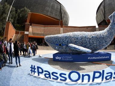 Patung paus raksasa, Plasticus yang dibuat oleh Sky Ocean Rescue-A Sea to Save dipajang di depan Auditorium Parco della Musica, Roma, Italia, Senin (16/4). Plasticus terdiri dari 250 kg sampah plastik. (Andreas SOLARO/AFP)