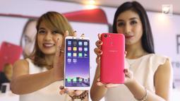 Model menunjukkan Smart Phone Oppo F5 saat peluncuran di Jakarta, Senin (13/11). Oppo luncurkan F5 yang dilengkapi dengan A.I.Beauty Recognition Teknology dan Full Screen FHD+. (Liputan6.com/Angga Yuniar)