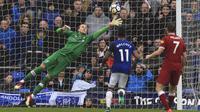 Aksi kiper Liverpool, Loris Karius menahan tendangan jarak dengan pemain Everton, Theo Walcott di Goodison Park. (Peter Byrne/PA via AP)