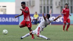 Gelandang Persija Jakarta, Ramdani Lestaluhu, berusaha melewati pemain Bali United pada laga Piala Indonesia 2019 di Stadion Wibawa Mukti, Jawa Barat, Minggu (5/5).(Bola.com/M Iqbal Ichsan)