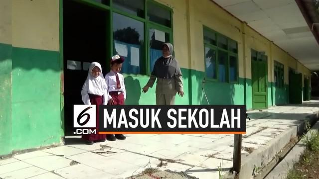 Sebuah sekolah dasar negeri di Jombang hanya memiliki 2 Murid baru, selain letaknya yang terpencil banyak warganya yang bukan lagi pasangan usia subur. Siswa sekolah ini juga hanya berjumlah 12 orang.
