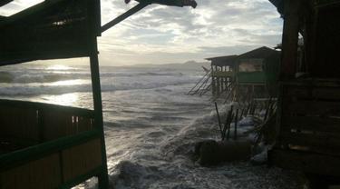Gelombang Pasang Rusak Bangunan di Pesisir Pantai Palabuhanratu