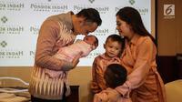 Ibas Yudhoyono mencium putrinya Gayatri Idalia Yudhoyono yang baru lahir saat jumpa pers di RS Pondok Indah, Jakarta, Selasa (2/1). Cucu keempat SBY itu lahir tepat pada 1 Januari, pukul 08.58 WIB melalui persalinan normal. (Liputan6.com/Faizal Fanani)