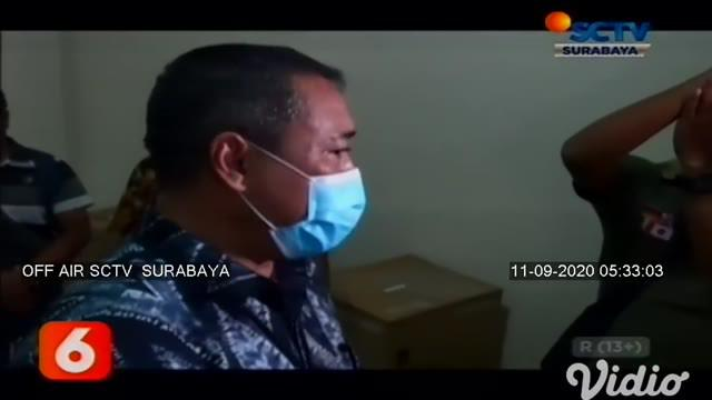 Petugas Badan Narkotika Nasional Provinsi (BNNP) Jawa Timur membongkar gudang narkoba di komplek Ruko Gunung Anyar Surabaya. Sabu-sabu 8 kilogram yang dikemas dalam kemasan magnesium sitrat. Petugas membawa tiga orang dalam gudang dari jaringan inter...