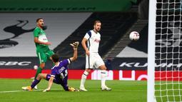 Penyerang Tottenham, Harry Kane, mencetak gol ke gawang Maccabi Haifa pada laga play-off Liga Europa 2020/2021 di Tottenham Hotspur Stadium, Jumat (2/10/2020) dini hari WIB. Tottenham menang 7-2 atas Maccabi Haifa. (AFP/Clive Rose/pool)