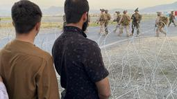 Tentara AS berjaga di bandara internasional di Kabul, Afghanistan (16/8/2021). Pengambilalihan untuk memastikan keamanan evakuasi para diplomat staf kedutaan besar AS dari ibu kota Afghanistan usai Taliban berhasil menduduki Kabul dan istana kepresidenan. (AP Photo/Shekib Rahmani)