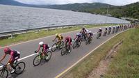Sebanyak 95 pembalap mengikuti etape III Tour de Singkarak, Selasa (6/11/2018), yang menempuh rute Danau Singkarak hingga Istana Baso Pagaruyung dengan jarak 150,4 kilometer. (dok. Tour de Singkarak 2018)