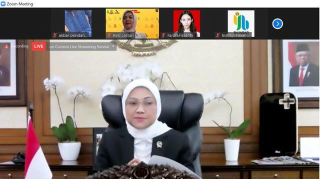 Menteri Ketenagakerjaan Hj Ida Fauziyah saat menjadi keynote speaker dalam webinar Peluang dan Tantangan RUU Cipta Kerja yang diselenggarakan Injabar dan Universitas Padjajaran, Jumat (28/8/2020). (Ist)