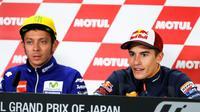 Pebalap Honda, Marc Marquez (kanan), menilai Valentino Rossi terlalu memaksakan diri saat membalap di MotoGP Jepang, Minggu (16/10/2016). (EPA/Kimimasa Mayama)