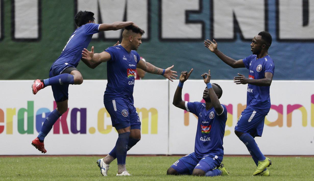 Gelandang Arema FC, Makan Konate, merayakan gol ke gawang Bhayangkara FC pada laga perempat final Piala Presiden 2019 di Stadion Patriot, Bekasi, Sabtu (30/3). Bhayangkara kalah 0-4 dari Arema. (Bola.com/Yoppy Renato)