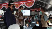Staf Ahli Menteri Bidang Ekonomi Kesehatan Kemenkes RI H.M Subuh dalam kunjungan kerja Tim Taskforce di RSUD dr. Soetomo Surabaya, Jawa Timur, Rabu (30/9/2020) melakukan diskusi kendala apa saja yang terjadi selama 7 hari ke belakang. (Kementerian Kesehatan RI)