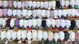 Foto dari udara memperlihatkan umat muslim melaksanakan salat minta hujan (Istisqa) saat kabut asap menyelimuti kota Pekanbaru, di Riau, Jumat (13/9/2019). Ini dilakukan berharap agar Allah menurunkan hujan di Pekanbaru yang terus diselimuti asap dengan kualitas udara yang memburuk. (ADEK BERRY/AFP)
