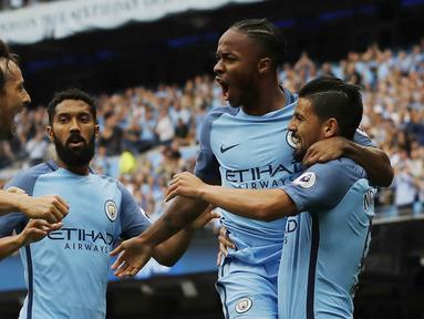 Para pemain Manchester City merayakan gol yang dicetak Raheem Sterling ke gawang West Ham pada laga Premier League di Stadion Ettihad, Manchester, Inggris, Minggu (28/8/2016). City menang 3-1 atas West Ham. (Reuters/Carl Recine)