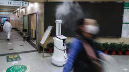 Sebuah robot pintar melakukan disinfeksi di ruang rawat jalan Rumah Sakit Renmin Universitas Wuhan di Wuhan, Provinsi Hubei, China, 16 Maret 2020. Robot pintar itu mampu melakukan pekerjaan disinfeksi secara otomatis di sejumlah lokasi yang telah ditentukan satu per satu. (Xinhua/Shen Bohan)