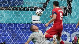 Pada menit ke-17 Polandia hampir menyamakan kedudukan melalui striker Robert Lewandowski. Memanfaatkan umpan sepak pojok, Lewandowski melepaskan sundulan yang masih membentur mistar gawang dan kembali disambar melalui tendangan yang juga masih membentur tiang. (Foto: AP/Pool/Dmitri Lovetsky)