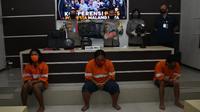 Polisi menangkap serta menetapkan tiga mahasiswa di Malang yang diduga terkait Anarko sebagia tersangka penghasutan (Liputan6.com/Zainul Arifin)