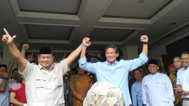 Capres-Cawapres Prabowo Subianto dan Sandiaga Uno memberikan pernyataan usai rekapitulasi KPU, Selasa (21/5/2019) dini hari tadi. (Yunita/Merdeka.com)