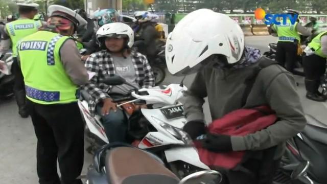 Pengendara yang tidak memiliki kelengkapan berkendara seperti STNK dan SIM langsung ditahan kendaraannya.