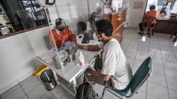 Warga mendaftarkan diri untuk melakukan donor darah di Kantor PMI Jakarta Timur, Rabu (28/7/2021). Selama pandemi COVID-19, PMI menerapkan protokol kesehatan ketat kepada warga sebelum mendonorkan darah. (merdeka.com/Iqbal S. Nugroho)