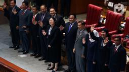 Pimpinan DPR berfoto bersama calon Hakim Agung dan calon hakim Ad Hoc saat pengesahan pada Rapat Paripurna di Kompleks Parlemen, Senayan, Jakarta, Senin (3/2/2020). Paripurna DPR resmi menyetujui lima Hakim Agung dan tiga hakim Ad Hoc yang telah dipilih Komisi III DPR. (Liputan6.com/Johan Tallo)