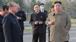 Pemimpin Korea Utara Kim Jong-un memeriksa lokasi konstruksi pembangunan gedung apartemen di tepi Sungai Pothong, Korea Utara, Kamis (1//4/2021). unjungan Kim Jong-un ini dalam rangka untuk meninjau bagian dari pembangunan proyek 50.000 apartemen baru di Pyongyang. ( STR/KCNA VIA KNS/AFP)