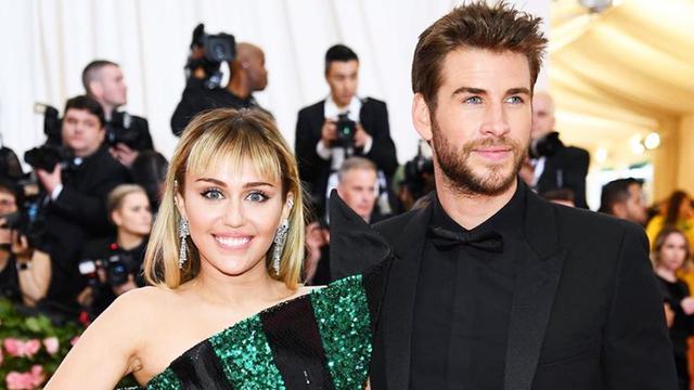FOTO: Potret Kemesraan Miley Cyrus dan Liam Hemsworth yang Selalu Manis